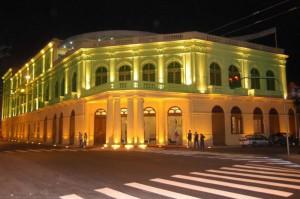 Fachada do Teatro Coliseu à noite
