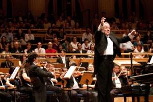 O maestro rege a orquestra