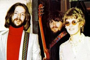 Eric Clapton (esquerda), Delaney Bramlett (centro) e Bonnie Bramlett