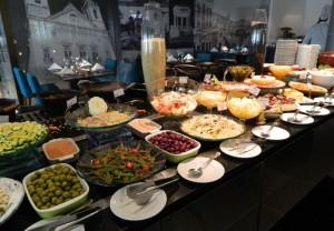 A mesa de saladas