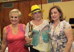 A reitora da Unaerp, Elmara Bonini (de chapéu), ladeada por Neusa, anfitriã, e Mara Alvim, madrinha