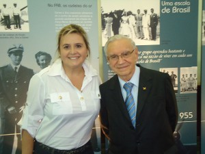 A jornalista Anna Dennz, de Taubaté, SP, e o biografado Ozires Silva