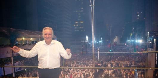 Maestro João Carlos Martins no palco da Avenida Paulista de São Paulo