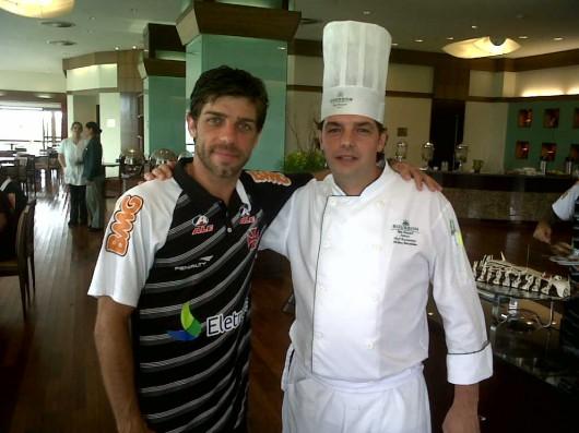 Juninho, meia do Vasco, e o Chef Jérôme Dardillac