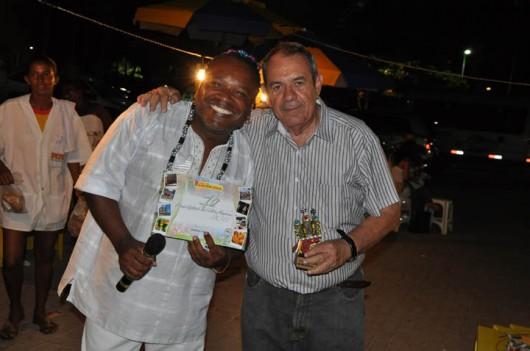 Igbonan Rocha recebe prêmio de melhor cantor