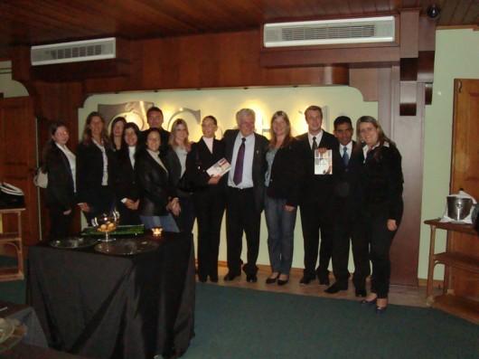 Prof. Castelli com a equipe de alunos do curso técnico em hotelaria, turismo e eventos do Santos Dummond