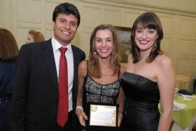 Renata Vilhena entre os filhos, Pedro e Flávia
