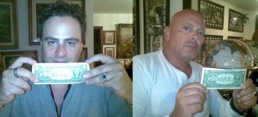 """Ricardo Chacur, diretor, e Iran Thieme, ator, seguram uma nota de um dólar americano, peça fundamental da trama de """"Acordem Ovelhas"""""""