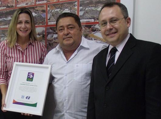 Representantes do CIEE entregam ao superintendente do Maceió Shopping, Robson Rodas, selo em reconhecimento à atuação do shopping com o Programa Jovem Aprendiz