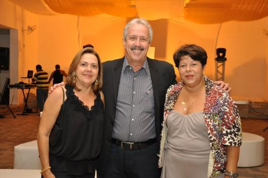 O presidente do Jaraguá Tênis Clube, Leonardo Pinto Júnior, ladeado pela mulher, Cristina Duarte Pinto, e a promoter Weldja Miranda