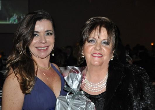 Homenageada Dada Zalcman, da TV Litoral Peruibe, São Paulo com a anfitriã, Enza Denadai