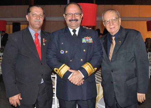 Eduardo Guimarães, o contra-almirante Wilson P. Lima Filho e o publisher Vasconcellos de Matteo