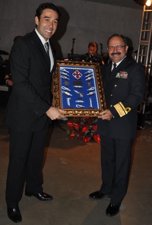 Maurinho Vasconcelos, do Hotel Ponta Verde, recebe homenagem das mãos do contra-almirante Wilson P. Lima Filho
