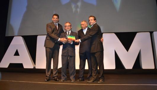 Geoberto Espírito Santo, presidente da Algás, recebe o troféu (Foto: Claudemir Mota)