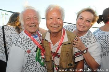 Encontro de amigos: O Humorista Juca Chaves e sua bela esposa Yara Chaves abraçam o amigo, o renomado fotógrafo de Salvador, Sun Sun, no Camarote Expresso 2222.  Crédito: Divulgação