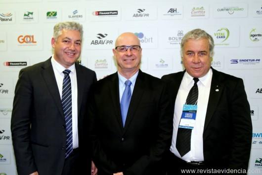 O secretario de Esporte e Turismo do estado do Paraná, Douglas Fabrício com Roberto Bacóvis, presidente da ABAV-PR e Manoel Jacó Gimennes, presidente da Paraná Turismo.