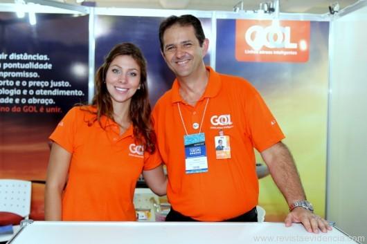 No stand da Gol Linhas Aéreas Inteligentes Fernanda Ghenov e o executivo comercial Arnaldo Valenhes Jr.