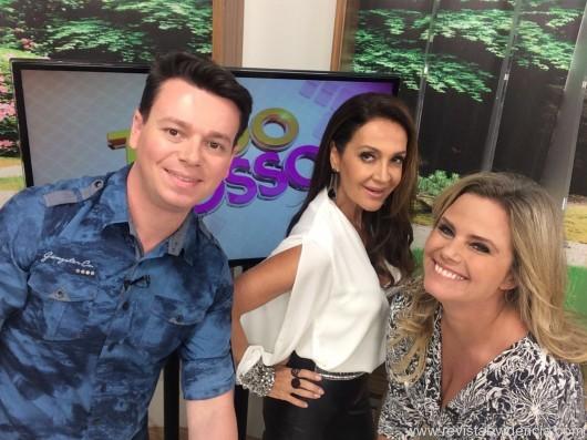 """Claudia ladeada pelos apresentadores do programa """"Tudo Posso"""", Rafael Farias e Maria Cândida"""