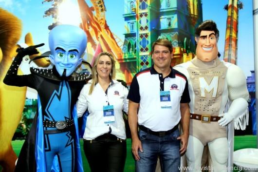 No stand do Beto Carrero World do departamento MKT Ana Claudia Pegorara e Alex Bonareti.