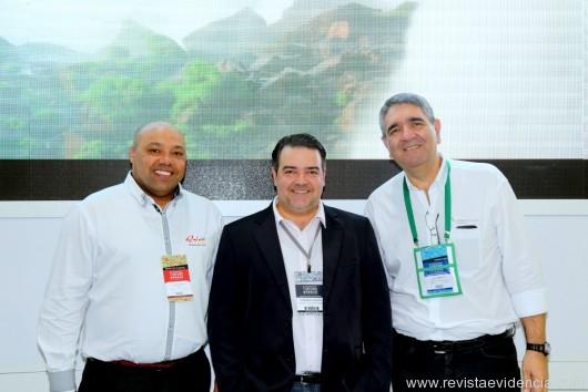 No stand de Foz do Iguaçu o gerente da Churrascaria Show Rafain, Vilson dos Santos com Fernando Valente da Abav PR e Guilherme Tell Laurino  do Complexo Turístico Itaipu gerente comercial.