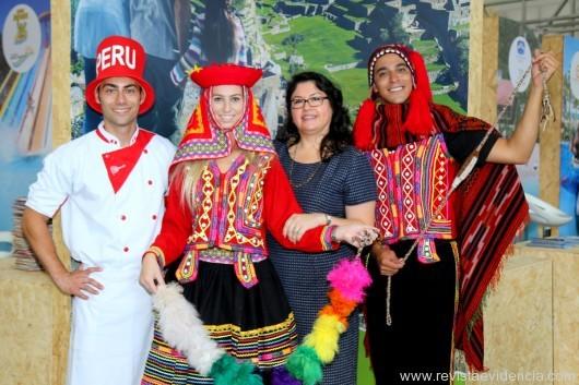 No Stand do PERU, do ministério do Turismo Milagros Koepke e sua equipe.