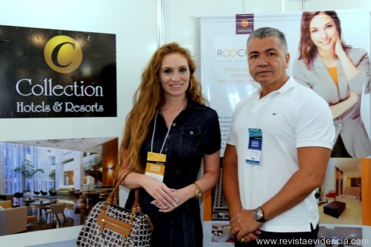 No stand da Collection Group o diretor Carlos Nascimento recebendo a jornalista Carolina Leal.