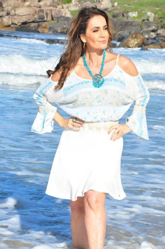 Claudia Métne exibe sua beleza no litoral paulista