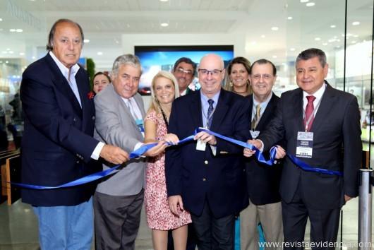 Já na abertura, do 22º Salão Paranaense de Turismo, na Expo Unimed Positivo, Roberto Bacóvis, presidente da ABAV-PR no corte da fita entre autoridades convidadas.