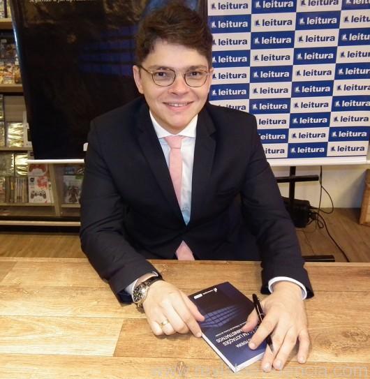 Dr. Miguel Ribeiro Pereira, ele é procurador da União, professor das Universidades Federal e Ceuma e escritor e este é o seu primeiro livro