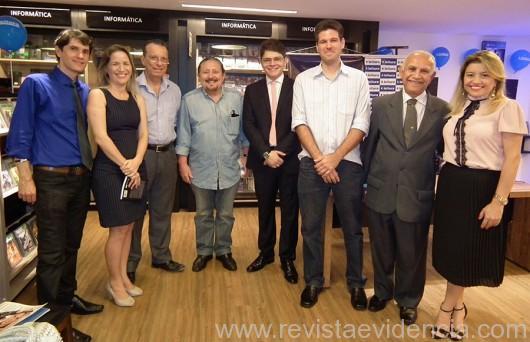 convidados emoldurando o escritor Miguel Ribeiro Pereira