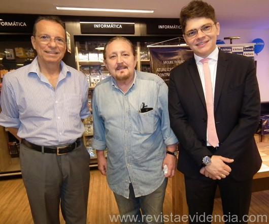 O empresário  José Walter Maciel e o jornalista Léo Santos com o anfitrião dr. Miguel Ribeiro Pereira