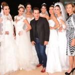 Léo Sandres ladeado pelas noivas em desfile e a maquiadora Kátya Leite (Foto: maceio40graus)