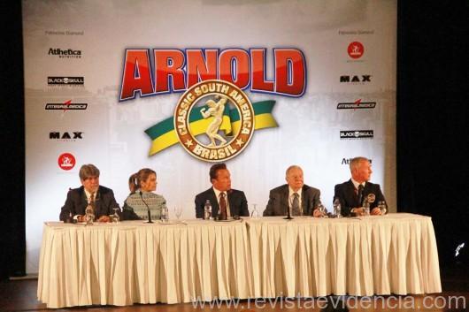 Luis Felipe Bonilha, Ana Paula Leal, Arnold Schwarznegger, Jim Lorimer e um executivo do evento. São Paulo, 21 de abril de 2017 (Foto: Alexandre Campos)