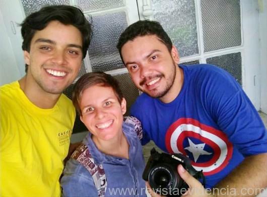"""O ator global Rodrigo Simas, a diretora Brunna de Matteo e o diretor Bruno Gonçalves durante as gravações do seriado """"Esquadrão Top Kids"""""""