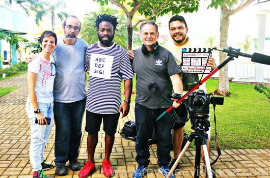 Um dos entrevistados, o ator global Douglas Silva e equipe de produção do Esquadrão Top Kids