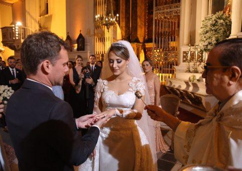 O casal troca alianças durante a cerimônia religiosa, na Catedral Metropolitana de Maceió, no sábado (2).