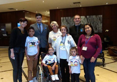 Os participantes do Projeto Felicidade, Henry, Bryana e João Vitor, com seus pais e a equipe do hotel TRYP Higienópolis