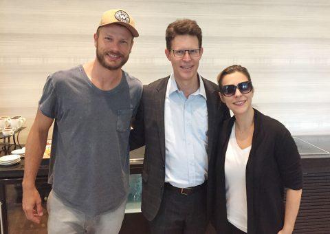 O ator Rodrigo Hilbert, Johannes Bayer, gerente geral do hotel Meliá Jardim Europa, e a atriz Julia Rabello