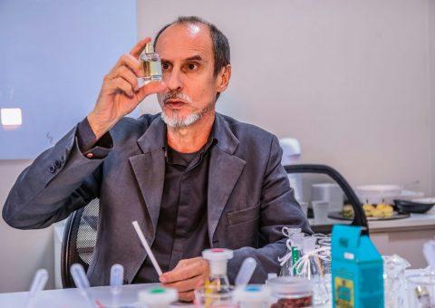 O ator Aramis Trindade teve uma aula de inspiração para a composição das próximas cenas de seu personagem visitando a fábrica do Boticário, em São José dos Pinhais, Paraná
