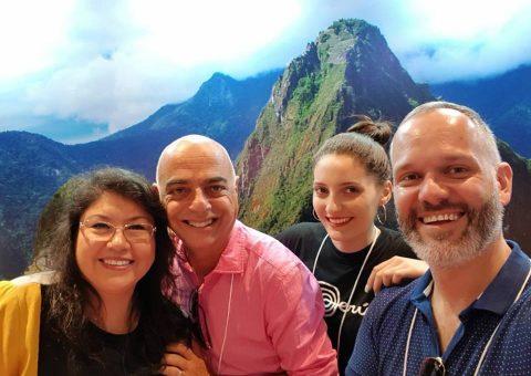 """País participa pelo segundo ano consecutivo da 33ª Feira de Negócios Turísticos da UGART/BRAZTOA como expositor e reforça a promoção do destino através dos pacotes turísticos oferecidos por empresas associadas das duas entidades, sediadas na região Sul do Brasil. Foi realizada, na última sexta-feira (02/03), a capacitação """"Peru Fascinante - Novidades e Segmento Luxo"""", para mais de 200 agências de viagens. Além do destaque para o turismo, uma aula de culinária peruana com degustação será oferecida na área de convivência da feira, com o chef peruano Luiz Yagui, do restaurante Zero Sen, de Porto Alegre."""