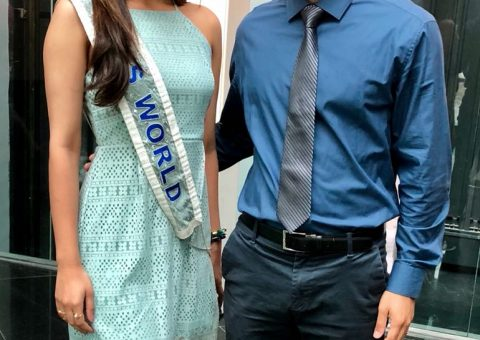 Miss Mundo, Manushi Chhillar ao lado de Alan Muller, chefe de recepção no Meliá Ibirapuera