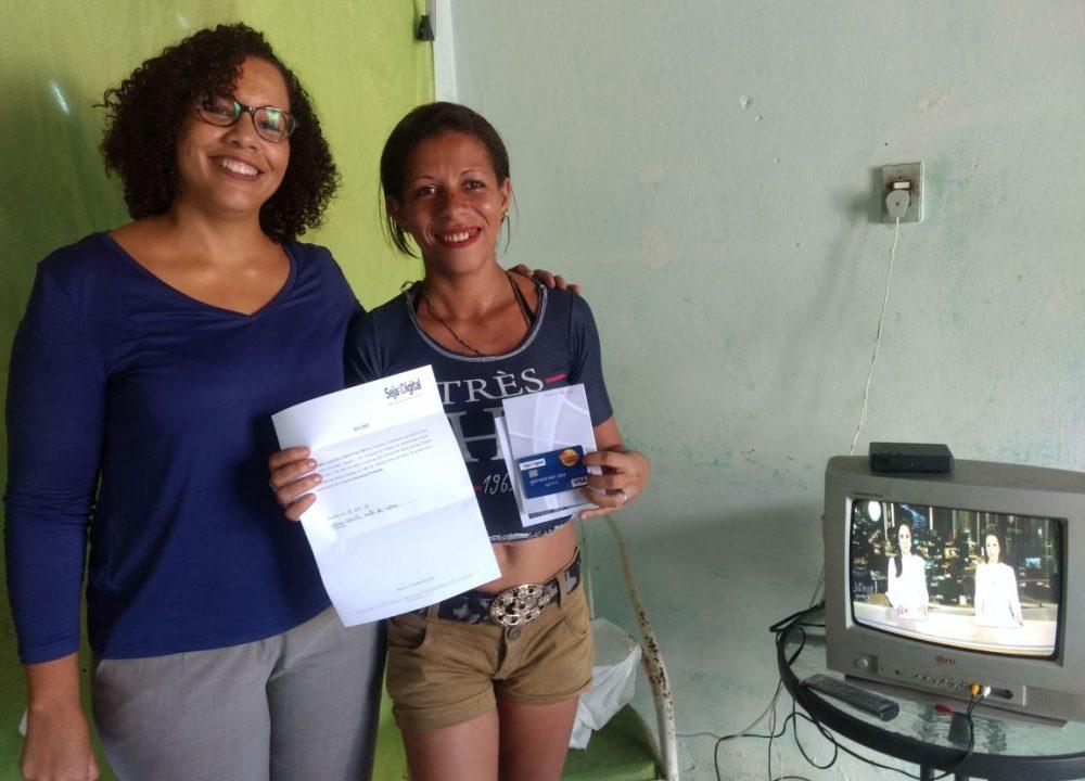 Maria Jacinto foi uma das sorteadas da Campanha Instalação Premiada da Seja Digital e ganhou R$ 2 mil, ao lado de Rafaela Pontes, gerente regional da Seja Digital