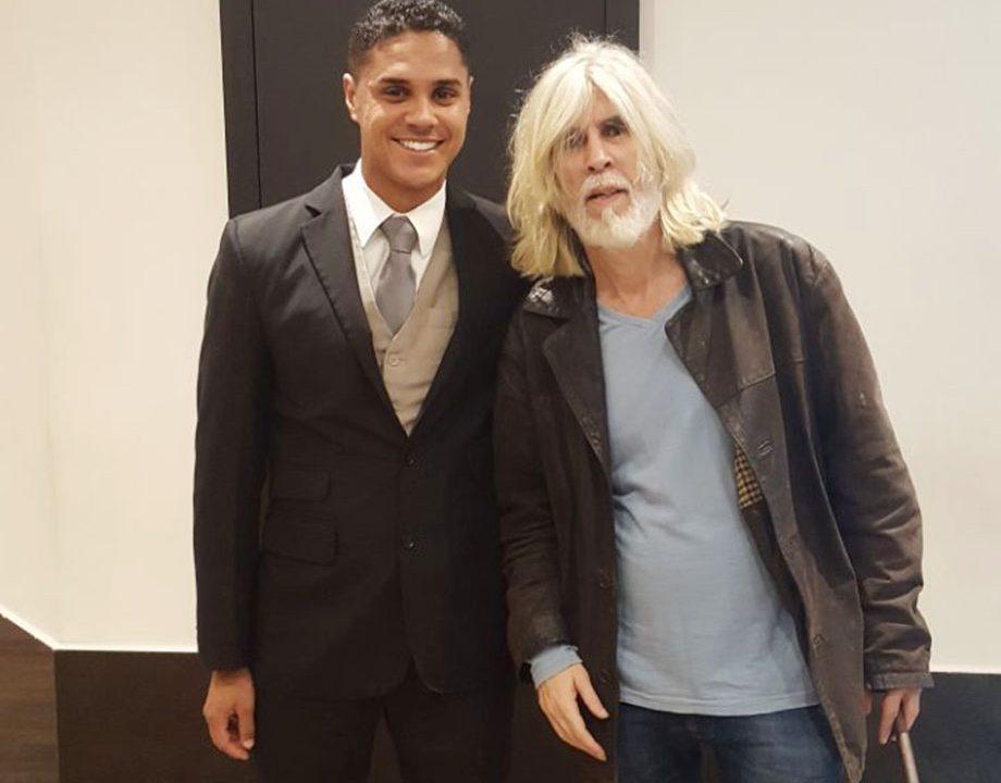 O cantor Oswaldo Montenegro ao lado de Rafael Cerqueira, recepcionista no Meliá Ibirapuera