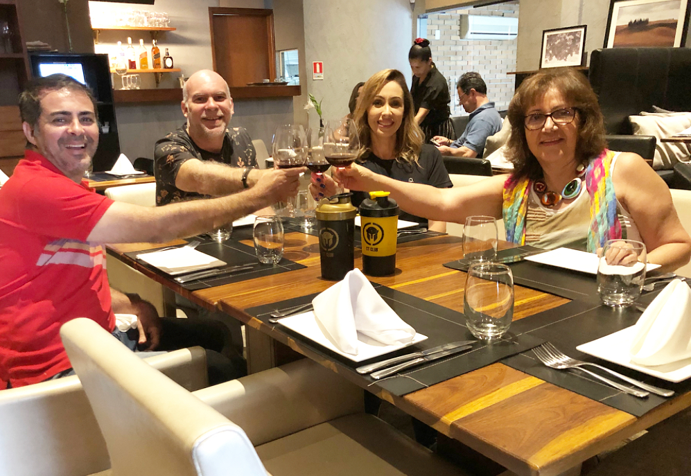 jornalistas James Silver e Zenita Almeida, e os empresários Arthur e Fabiola Medeiros