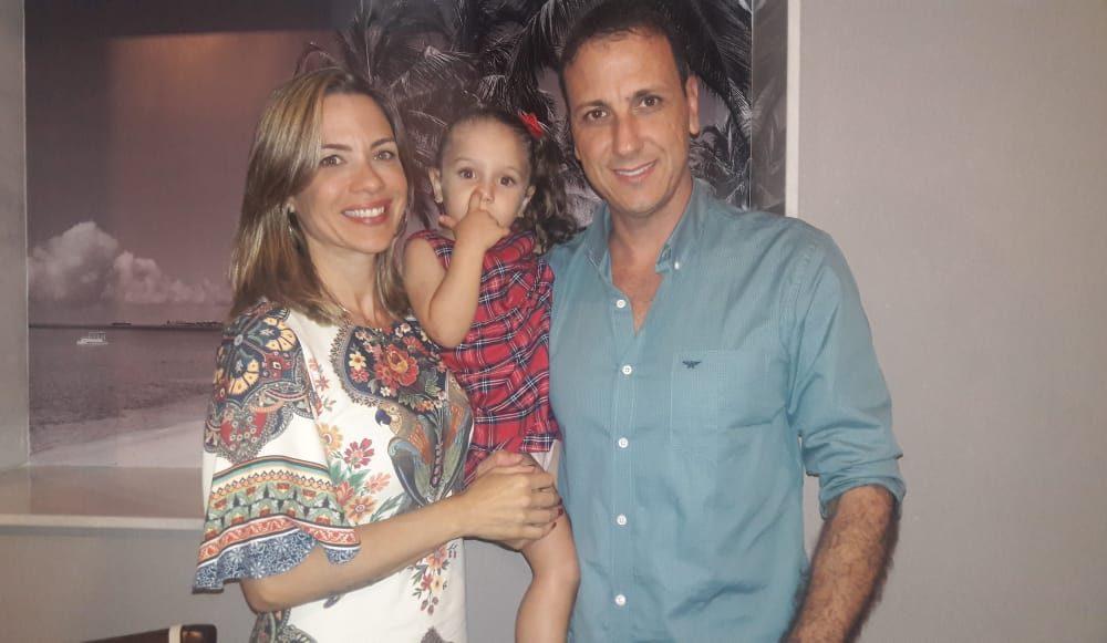 O capitão de fragata Haron Jorge Cavalcante com sua mulher, Simone e a sua filha, pequena Isabella