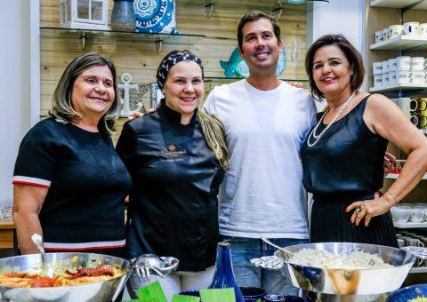Sérgio Feitosa ladeado pela chef (e) Isabela Queiroz e (d) a banqueteira Izabel PinheiroSérgio Feitosa ladeado pela chef (e) Isabela Queiroz e (d) a banqueteira Izabel Pinheiro