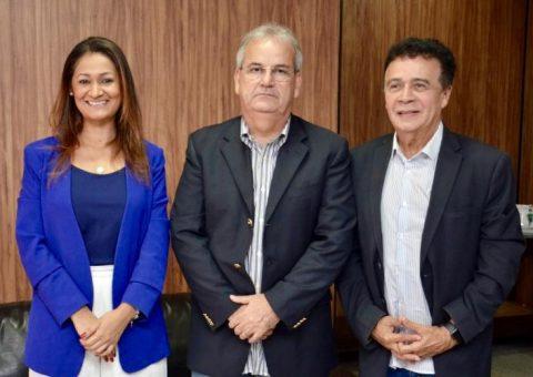 O presidente do Tribunal de Contas do Estado de Alagoas, Otávio Lessa, ladeado por Jaciara Correia e Ediberto Omena