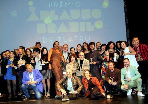 No palco do Teatro Sérgio Cardoso, os homenageados, em especial às nossas damas do Teatro, Monah Delacy e Nicette Bruno que tanto fizeram e fazem pelo teatro brasileiro
