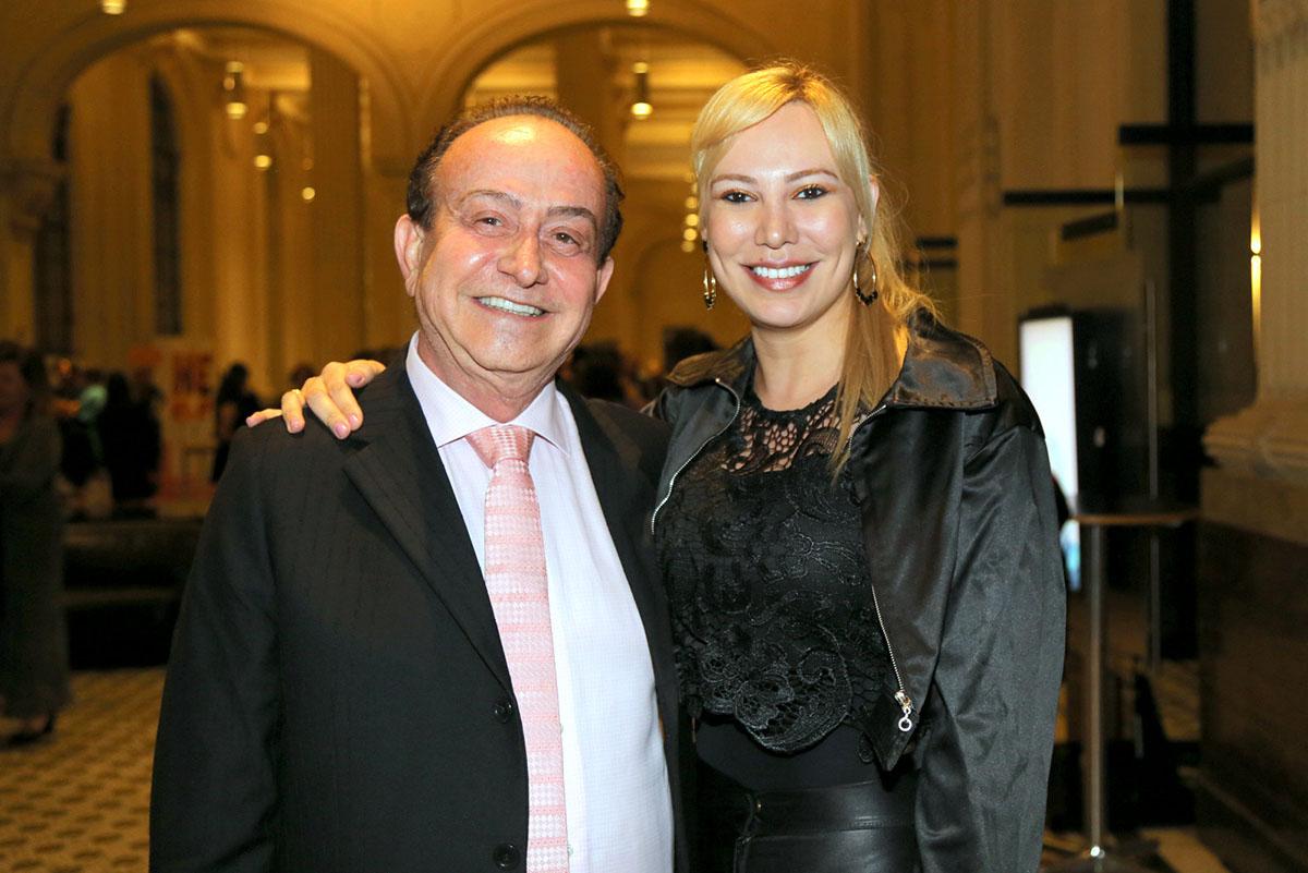 O médico Eduardo Gomes Azevedo e a cantora Sibele Nussi