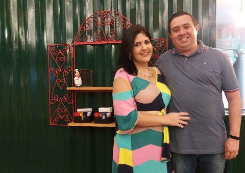 O casal de empresários sergipanos, Carolina Camargo e Edson Pereira, recepcionando figuras da sociedade na inauguração da Palermo Pizzeria, no Food Park Vera Arruda, na quinta-feira (19)